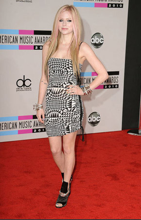 Avril keeps it simple with pale pink streaks