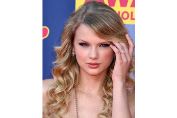 Taylor Swift wavy hair