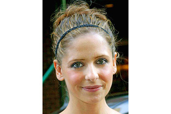 Sarah Michelle Gellar with a thin elastic headband