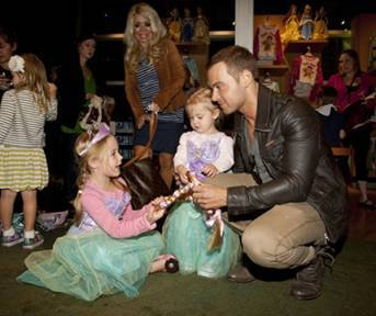 Joey Lawrence with his daughter shopping at the Disney Store Halloween BOOtique