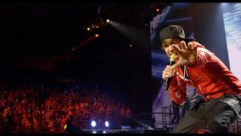 Justin Bieber Live Reachng out