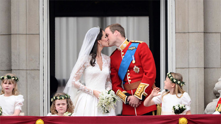 Prince William and Kate Middleton kiss on the balcony of Buckingham Palace