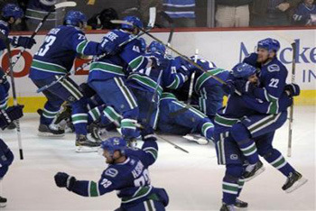 Canucks knock out Hawks