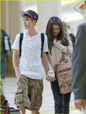 Shy Selena with Justin at the airport