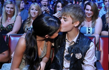 Justin Bieber Gives Girlfriend Selena Gomez a Smooch at the 2011 Teen Choice Awards