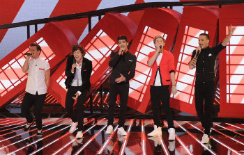 "One Direction opened up the show with ""Live While We're Young"""