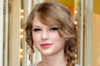 Taylor Swift's signature side braid