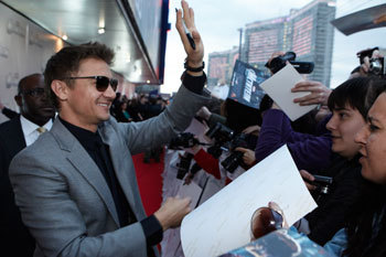 Jeremy Renner greeting Fan