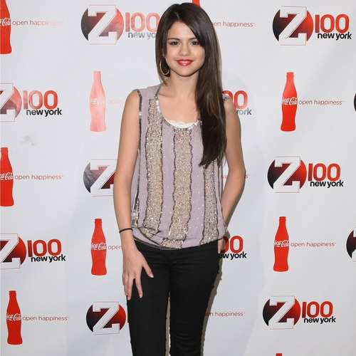Selena Gomez: vertical stripes add height