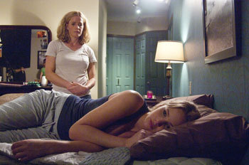 Mom (Elisabeth Shue) with sad Elissa (Jennifer Lawrence)