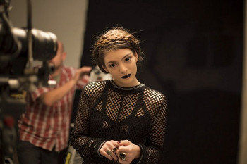 "Lorde in all black for the ""Tennis Courts"" vid"