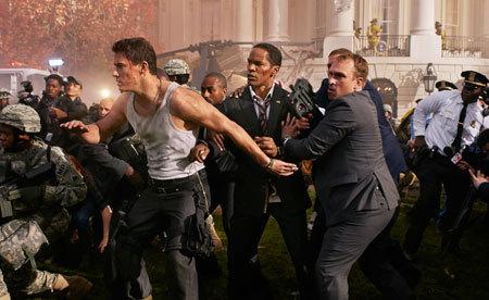 John Cale (Tatum) pretecting President James Sawyer (Foxx)