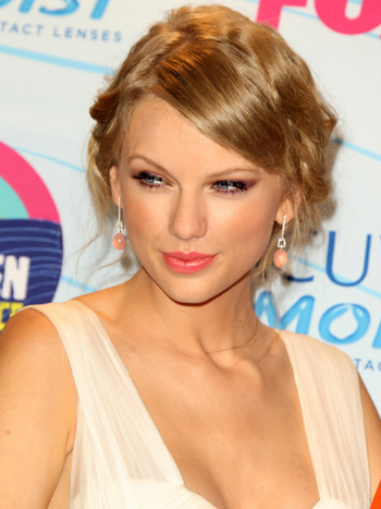 Taylor Swift's demure pale pink lip