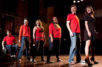 During her audition, Rachel imagine the New Directions helping her!