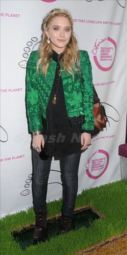 Mary-Kate is standing on the Green Carpet