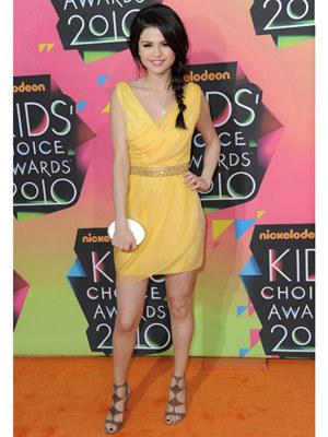 Selena wears a cheerful yellow dress to the Kids Choice Awards 2010