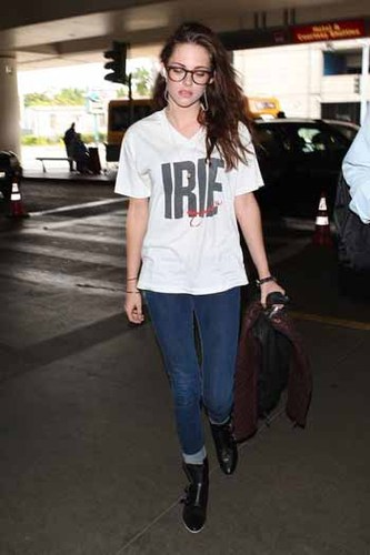 Kristen Stewart's graphic tee and jeans is a perfect combo