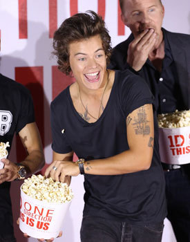 Harry munching popcorn at a press day