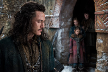 Bard (Luke Evans) with his children