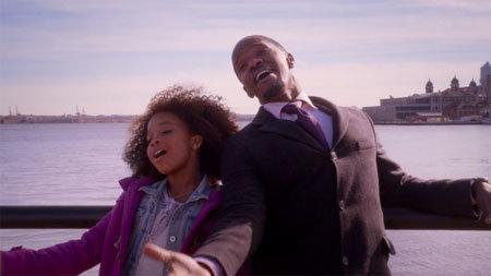 Mr. Stacks (Jamie Foxx) sings with Annie (Quvenzhane Wallis)