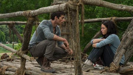 Thomas talks to Teresa (Kaya Scodelario)