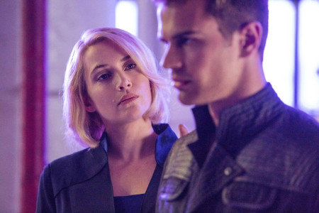 Jeannine (Kate Winslet) tries to control Four (Theo James)