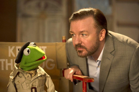 Kermit and Dominic Badguy (Ricky Gervais) discuss the tour