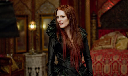 Evil witch queen Mother Malkin (Julianne Moore)