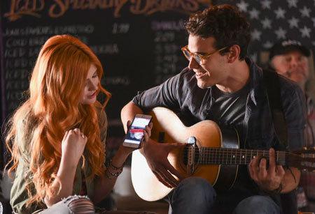 Simon serenades Clary
