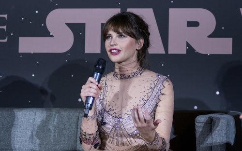 Felicity Jones (Jyn) talks to fans