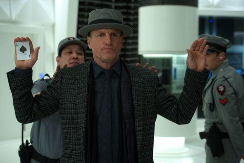 Woody Harrelson as Merritt palming a card