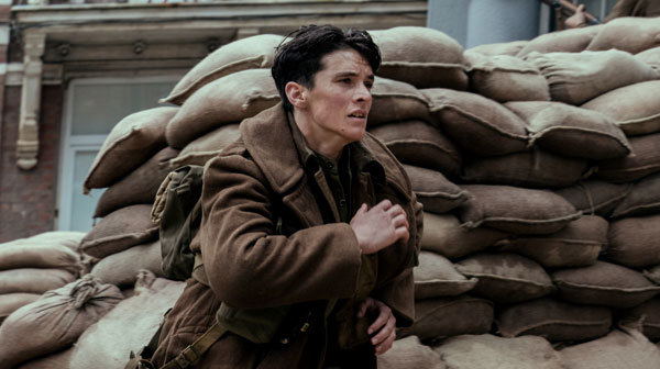 Tommy (Fionn Whitehead) runs from the German troops