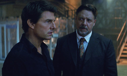 Nick Morton (Tom Cruise) talks with Dr. Jekyll (Russell Crowe)