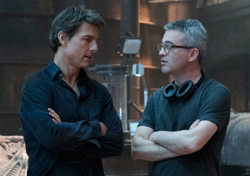 Tom talks with director/producer Alex Kurtzman on set