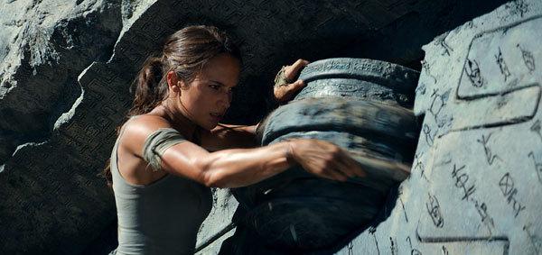 Lara opens the tomb