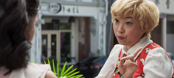 Peik Lin (Awkwafina) gives Rachel advice